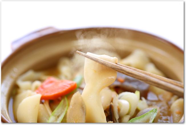 黒い鍋に入った山梨の郷土料理ほうとう