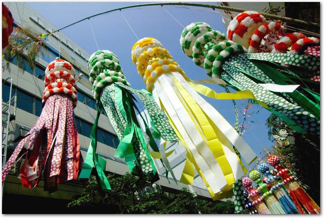 大きな笹と吊るされている笹飾り