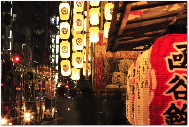 祇園祭宵山の提灯に明かりが灯っている様子