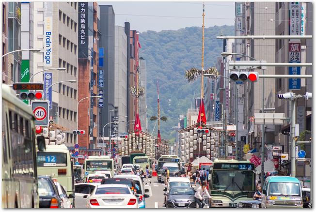 祇園祭りの山鉾が通っている道路の様子