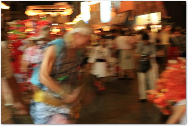 青森ねぶた祭りで踊っているハネト達の様子