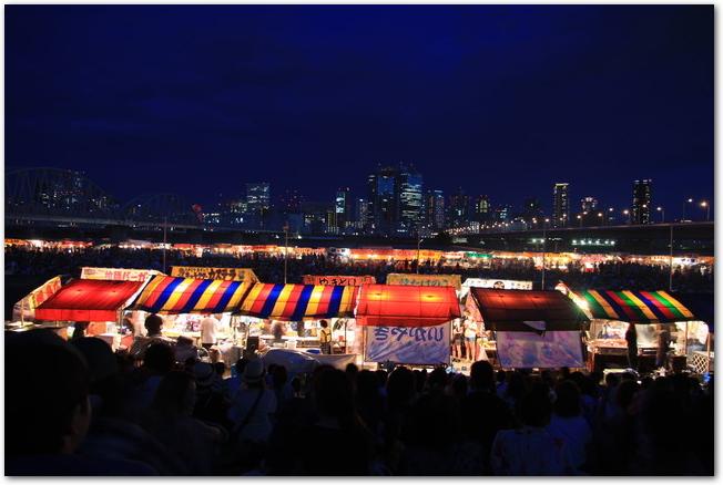 淀川花火大会でたくさんの屋台が出ている様子
