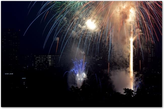 仙台七夕花火祭りで花火が打ち上げられている夜空の様子
