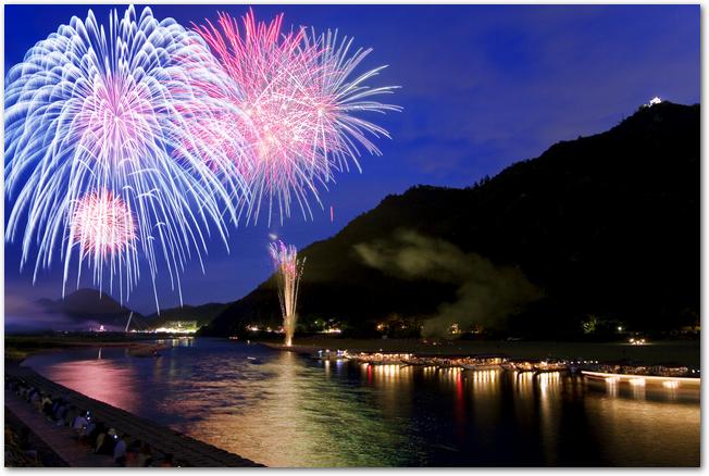 長良川花火大会の打ち上げ花火の様子
