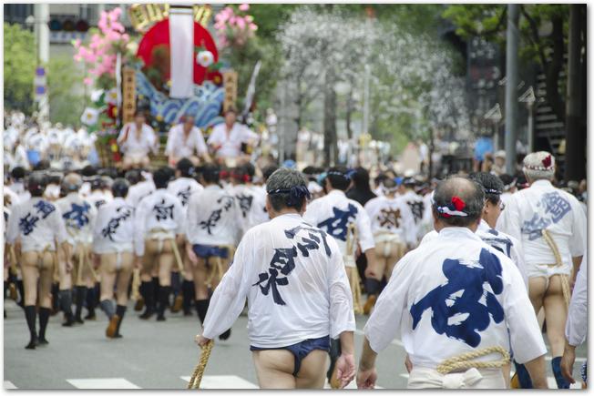 博多祇園山笠の集団山見せの様子