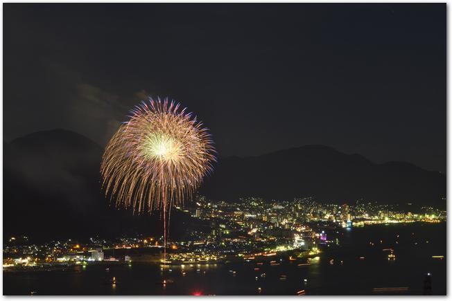 門司から見た関門海峡花火大会の打ち上げ花火
