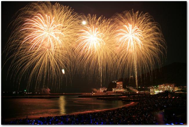 熱海海上花火大会の黄金色のスターマイン