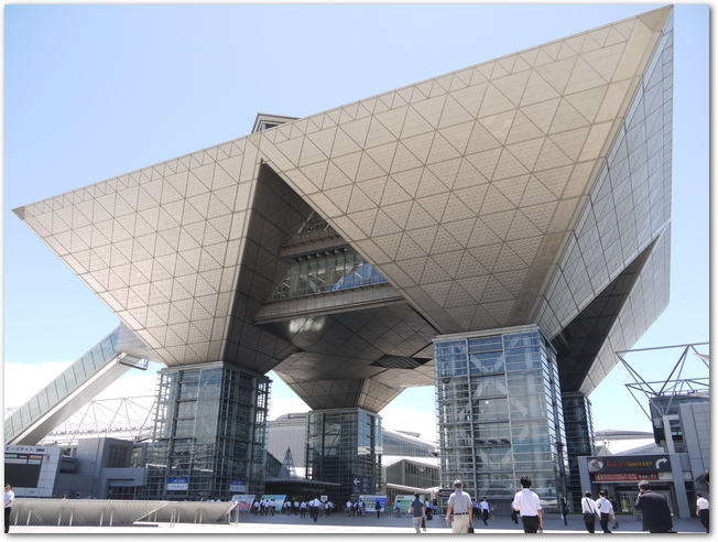 晴れた日の東京ビッグサイトの建物の様子