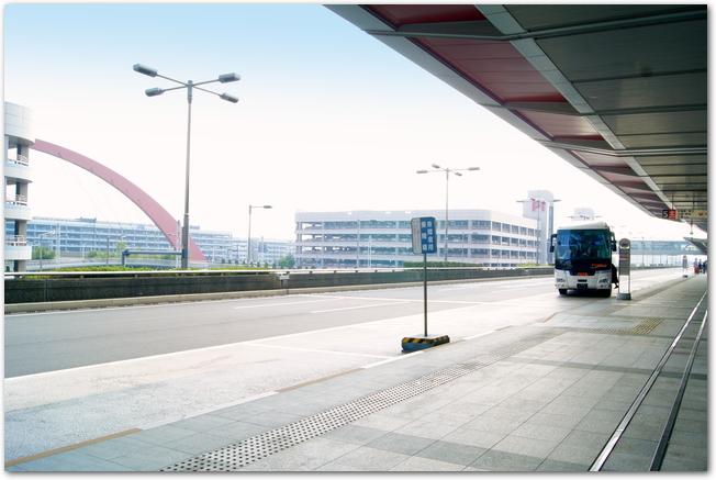 羽田空港の旅客ターミナルにバスが停まっている様子