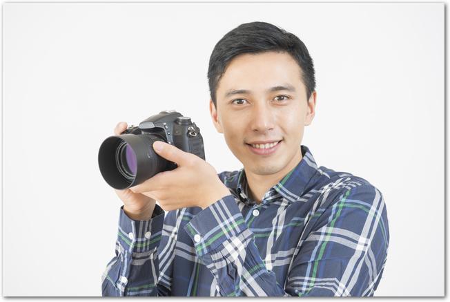 一眼レフカメラを構える男性の様子