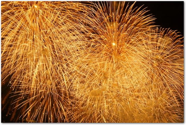 古河花火大会の黄金色に輝く大輪の打ち上げ花火