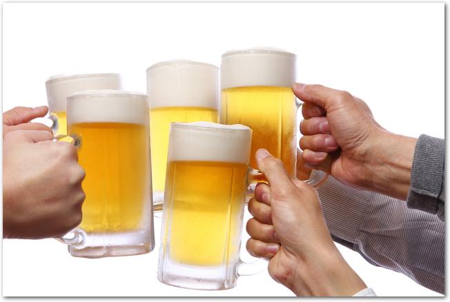 ビアガーデンでビールジョッキで乾杯をしている様子