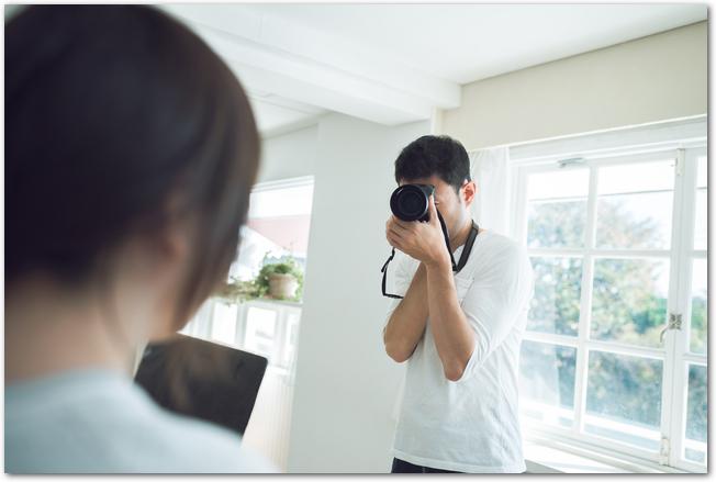 カメラを構える男性とメイド姿の女性