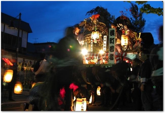 角館祭りの曳山が道を通っている様子
