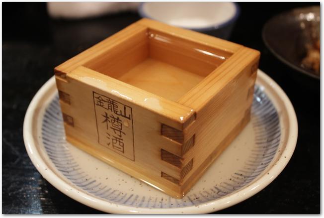 升に入った日本酒と徳利とおちょこ