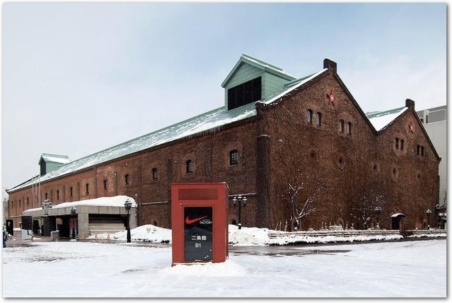 雪の日のサッポロファクトリーのレンガ館外観