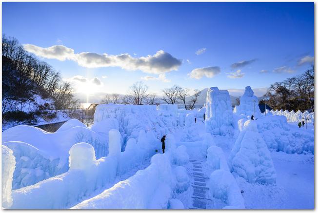 晴れた日の支笏湖氷濤まつり会場の様子