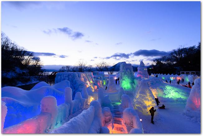 支笏湖氷濤まつりのライトアップされた会場の様子