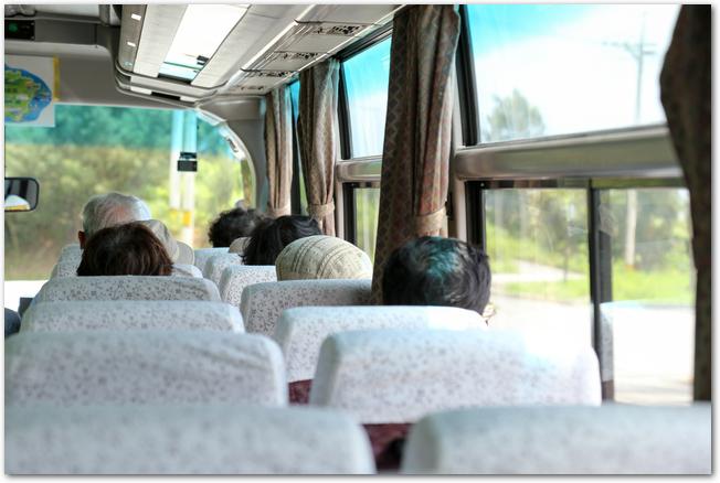 観光バスの車内を後方座席から見ている様子