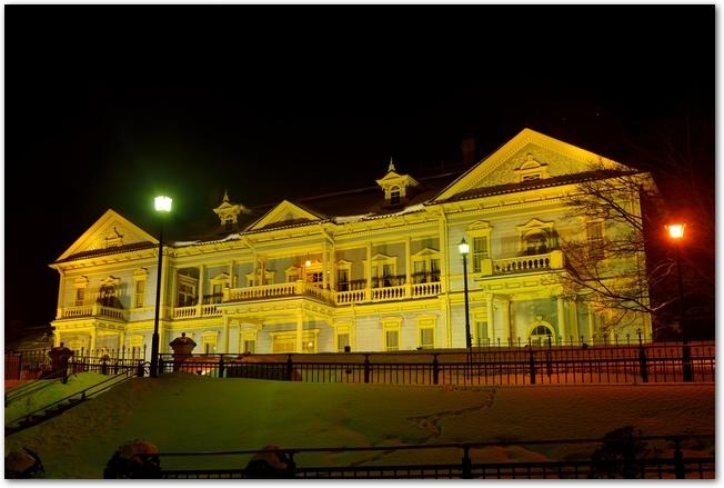 函館冬フェスティバルでライトアップされた旧函館市公会堂と雪の小道