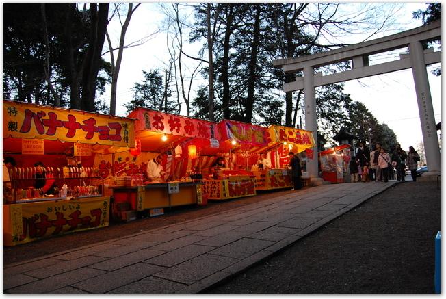 屋台が並ぶ神社の参道の様子