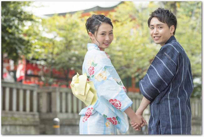 着物姿で神社に参拝をするカップル