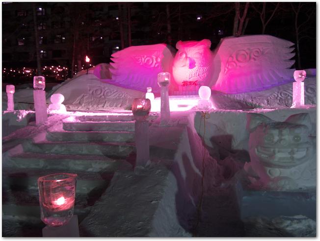 阿寒湖氷上フェスティバルのライトアップされた雪像