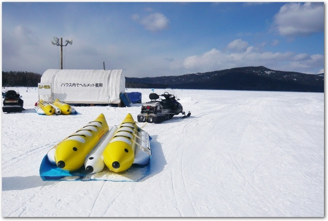 阿寒湖の氷上に置かれたババナボート