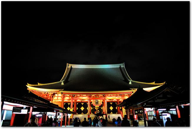 ライトアップされた夜の浅草寺本堂の様子