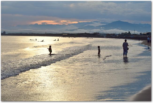 夕焼けの時間帯の片瀬西海岸の様子