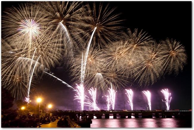 ふじさわ江ノ島花火大会の打ち上げ花火の様子
