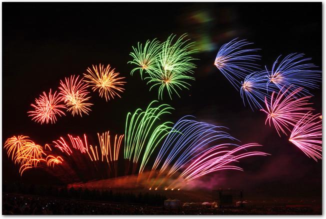 モエレ沼芸術花火大会のレインボーカラーの打ち上げ花火の様子