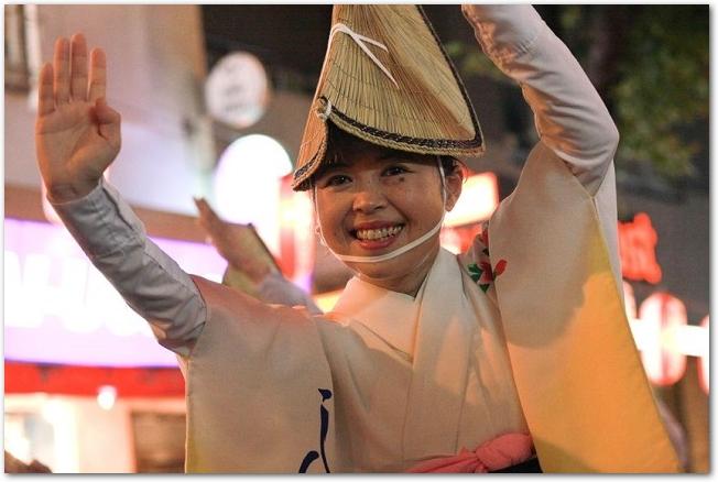 阿波踊りを踊る女性の様子