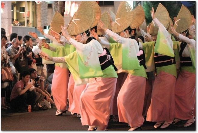 衣装を着て阿波踊りを踊るたくさんの女性たち