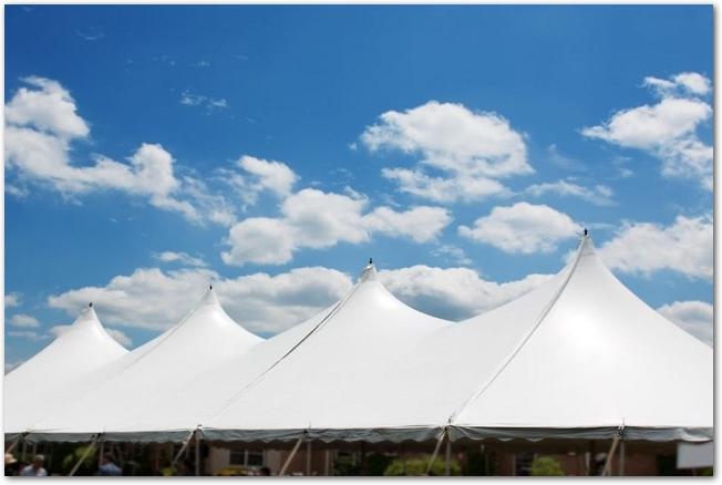 青空といくつも並んでいる白いテント