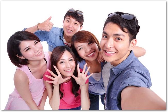 笑顔で楽しそうな若者のグループの様子