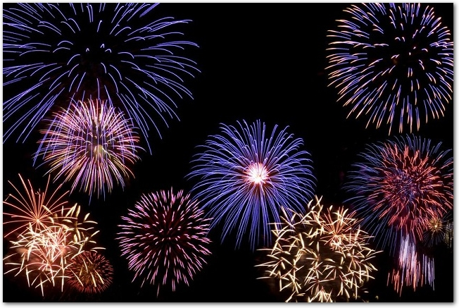 様々な色や形をした打ち上げ花火