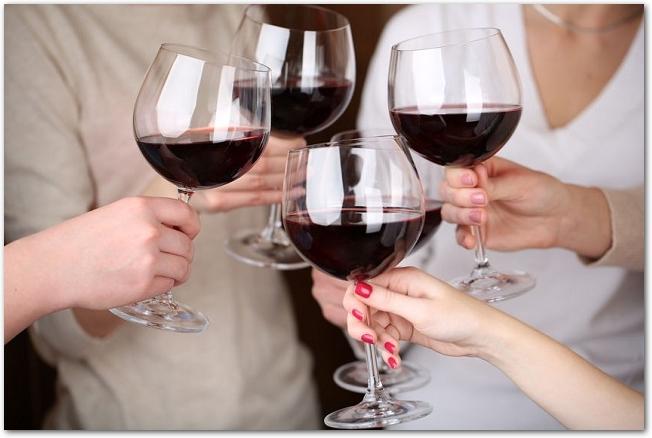 ワイングラスで乾杯している男女4人の手元