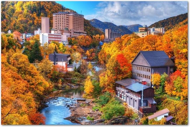 紅葉の時期の定山渓の街の様子