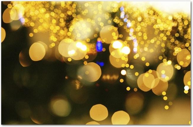 金色のクリスマスイルミネーションの様子