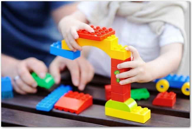 レゴブロックを組み立てている子どもの手元の様子