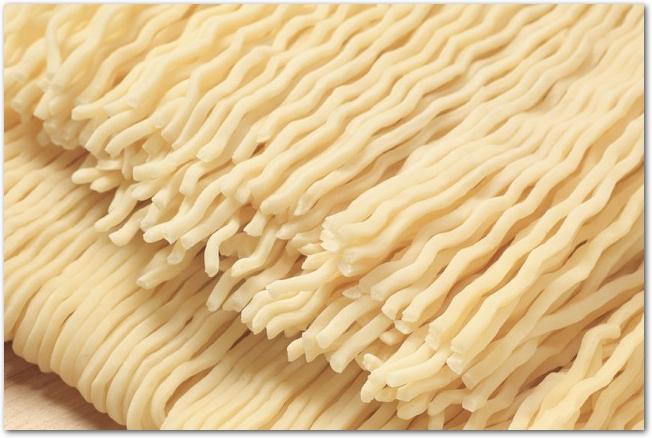 茹でる前のラーメンの麺のアップ