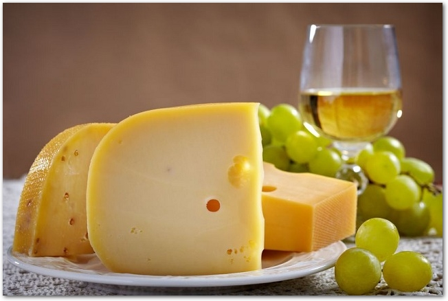 白皿に乗ったチーズと白ワインとマスカット