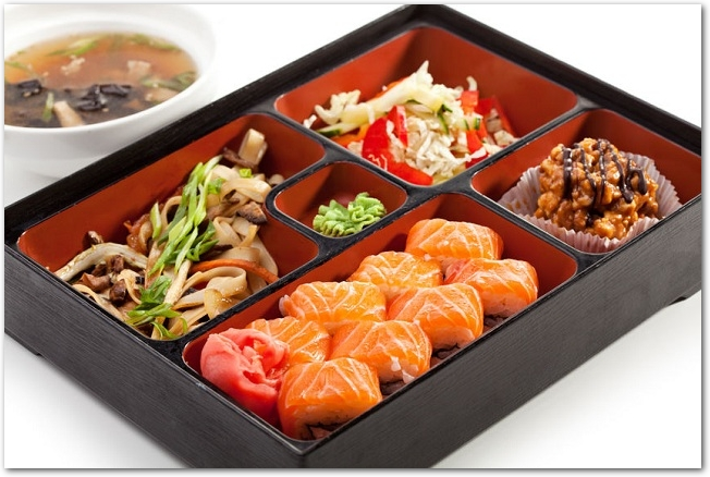 サーモンの巻き寿司が入った松花堂弁当