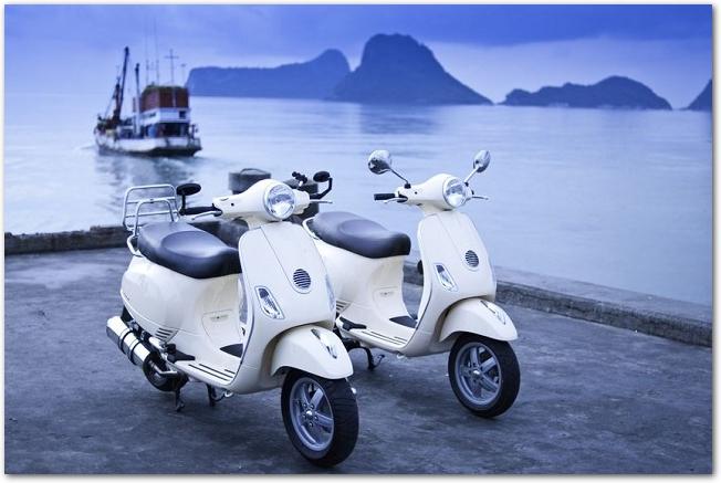 海をバックに二台の白いバイクが並んでいる様子