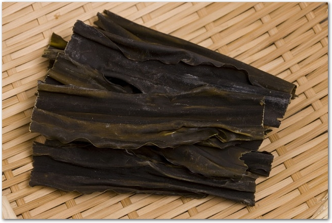 木のザルの上に置かれた乾燥昆布