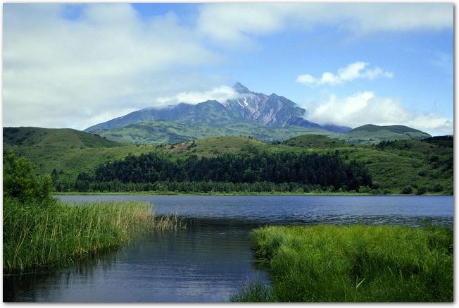 晴れた日の湖ごしに利尻富士を臨む風景