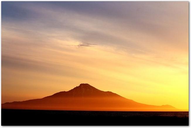 利尻富士が中央に見える夕焼けの利尻島の風景