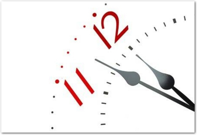 12時少し前を指している時計の文字盤