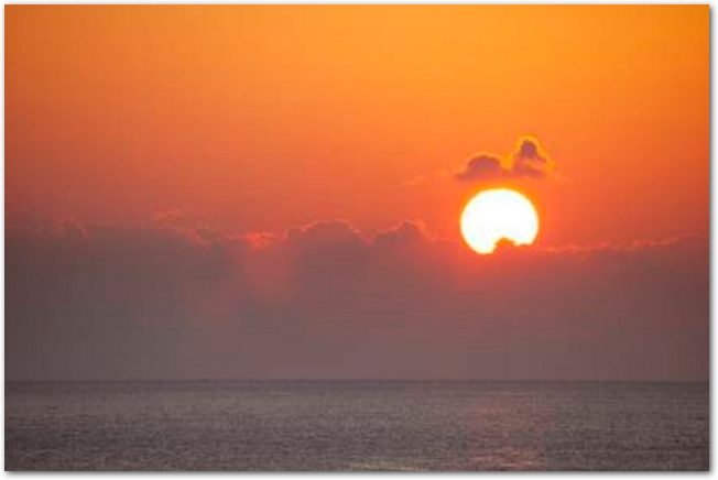 海の向こうから日が昇っている光景